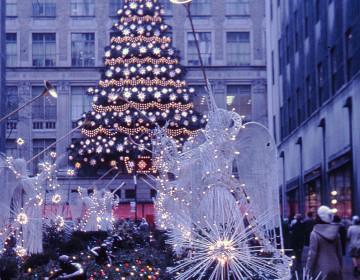 Rockefeller_Center_Christmas_tree,_New_York,_1970_-_Flickr_-_PhillipC